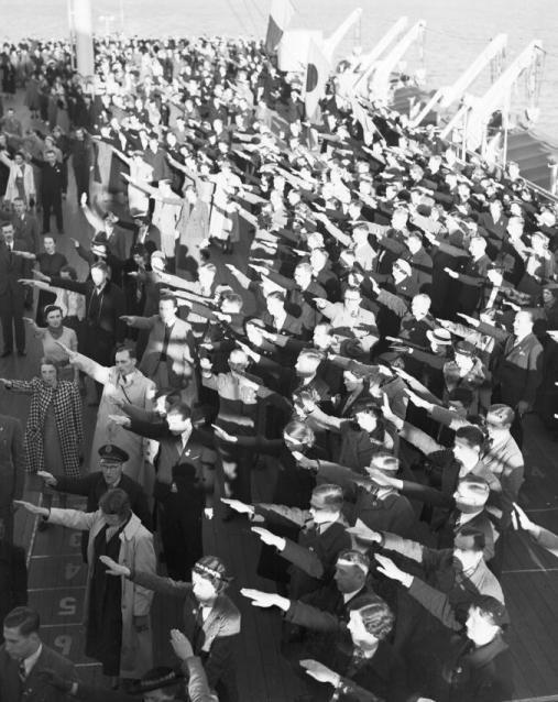 Her står arbeidere på dekk av Wilhelm Gustloff den 10. april 1938 etter å ha stemt ved valget på om de forsatt har tillit til Hitler og om de er enige i ilemmelsen av Østerike i et forent riket.