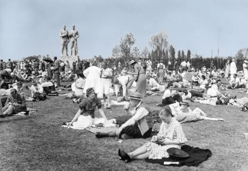 Fotografen har her foreviget en folke-picnic ved Reichssportfeld under de olympiske lekene i 1936, et par år før de engelske gentlemen fikk idéen om en ny sport: terrorbombing av tyske sivilister.