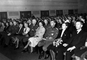 Publikum i den store konsertsalen med overførelse til Norge.