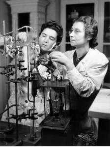 """Dr. Bertha Karli ved """"Studium der Physik und Mathematik"""" med en assistent er vist heller ikke klare over de forskinings og kvinnefiendtlige holdningene som eksisterer i Det tredje riket ifølge BBC."""