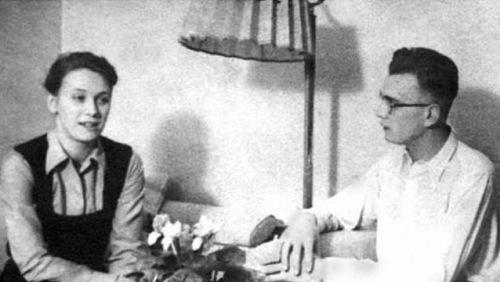 """På besøk hjemme hos en av de unge legene ved en av """"utstillingsleirene""""; Dr. Horst Fisher og hans elskverdige Frue."""