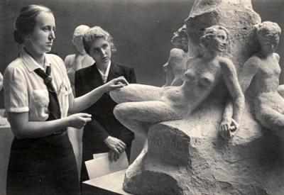 """""""Som et gjennomgående trekk i alle tyske kunstytelser ser man at det legges vekt på å få fram det som er vakkert og tiltalende, enten det er verdig eller lystig. Og hvorfor ikke?"""""""