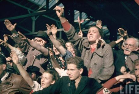 Denne gledesscenen fra Gras I Østerrike da Hitler rykket inn og frigjorde befolkningen.
