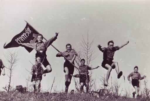 De entusiastiske guttungene i Hitler Jugend angriper Europas fiender.