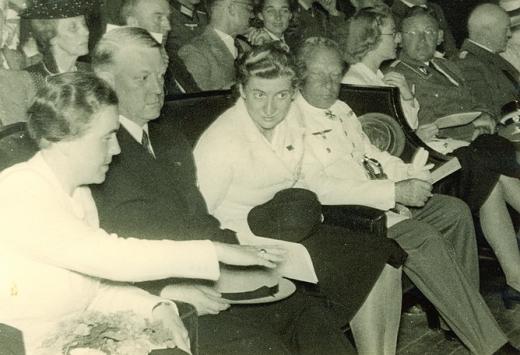 Reichsreferentin for BDM, Dr. Jutta Rüdiger sitter her (helt til venstre i bildet) sammen med vår egen Fører under en forestilling i Colloseum i Oslo, sommeren 1941.