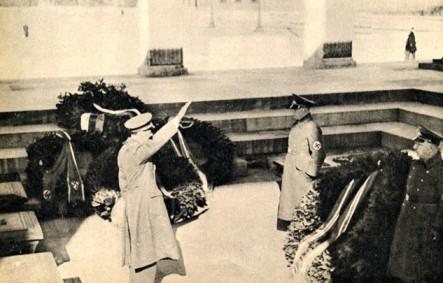 Minister Lunde hedrer de første falne for nasjonalsosialismen under et besøke i Feldherrenhalle i Münechen 1941.