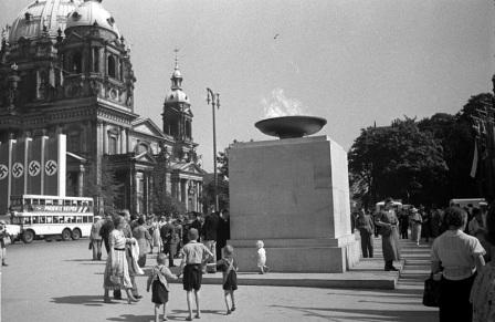Før England erklærte det tyske folk krig; den olympiske ild brenner for fred mellom nasjonene i Berlin sommeren 1936.