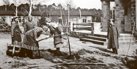 På dette bildet fra Ravensbrück ser vi kvinnelige fanger somhygger seg under tilsyn av en kvinnelig SS-vakt.