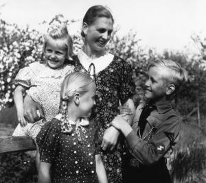 En tysk trebarnsmor i 1939 før Englands krigsforbrytelse mot Europa og det europeiske folk.
