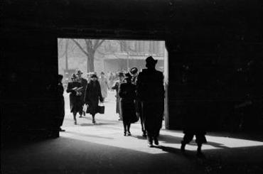 Tyskere spaser sivilisert inn i U-bahn ved Wittenbergplatz som i fungere som tilfluktsrom mot engelsk terrorbombing.