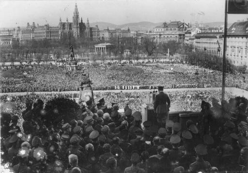 Hitler første tale til folkemengden ved Helden-Platz i Wien tirsdag den 15. mars 1938.