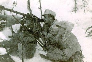 Nordmenn i forsvarsstilling med en MG34.