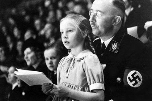 «Så er vi trådt frem og som en nasjonalsosialistisk krigersk orden av menn med nordisk preg og holdning og som et svorent forbund av stammene, marsjerer vi etter uforanderlige love mot en fjern fremtid og håper og tror at vi ikke bare vil bli etterkommerne som hadde større hell i kampen men desforuten forfedrene til de veldigste slekter, nødvendige for det germanske folks evige liv.» Reichsführer SS Heinrich Himmler