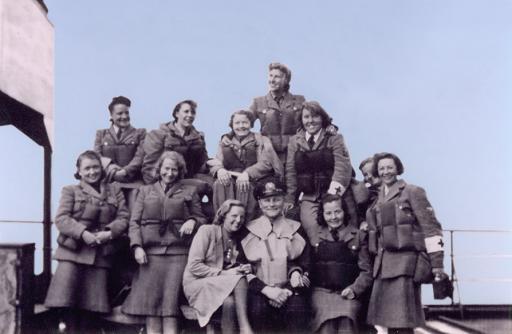 De norske jentene våre på heimreise fra Russland med skipets kaptein og hans kone i midten.